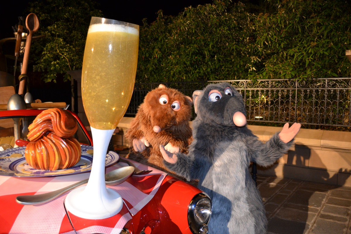 disney characters dining with fans in disneyland france