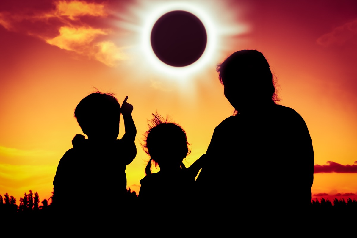 family watching the eclipse