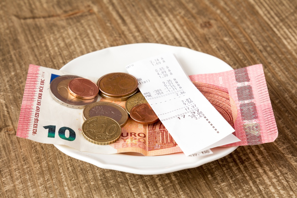 Paying bill with a tip in Euros