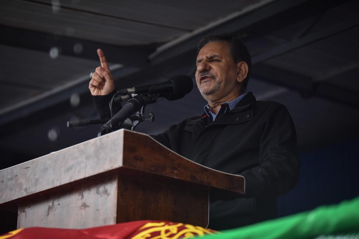 Eshaq Jahangiri Kouhshahi makes speech at podium