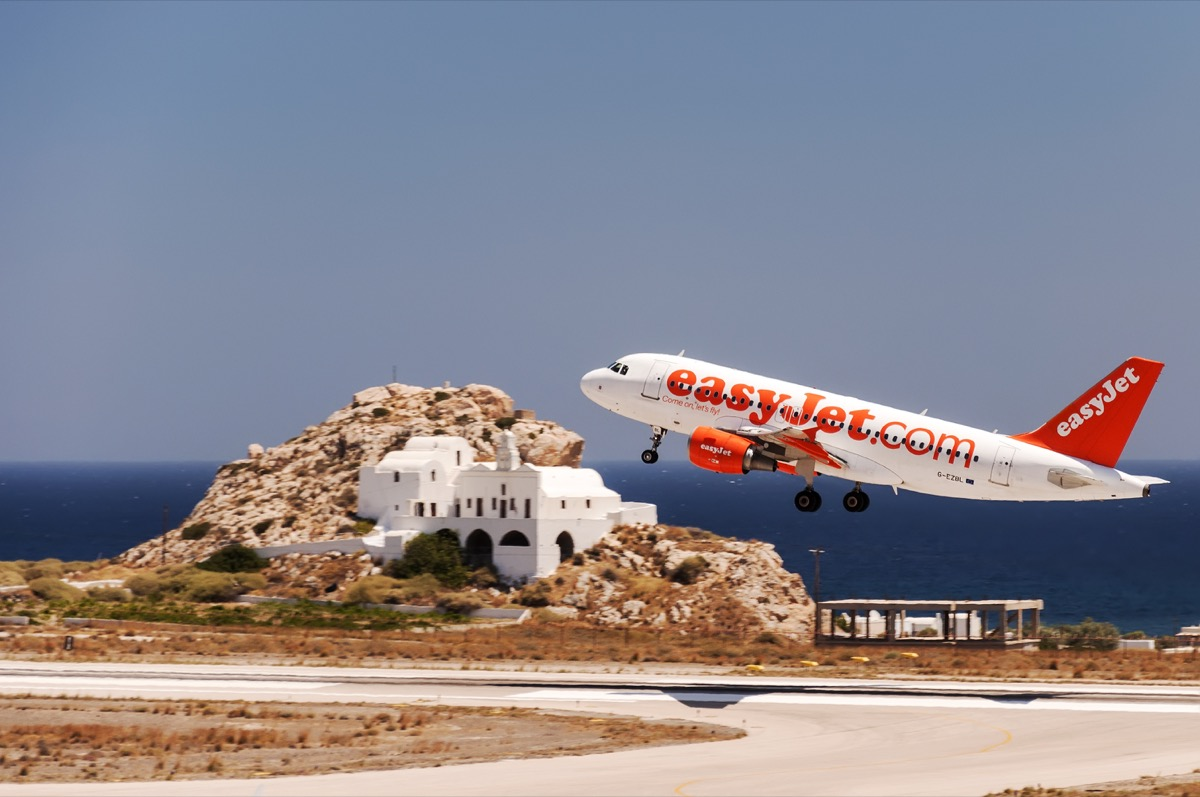 easyjet plane taking off