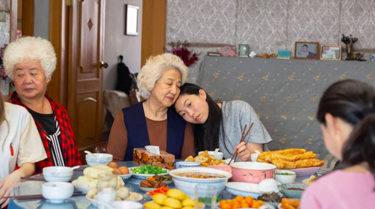 Shuzhen Zhao and Awkwafina in The Farewell
