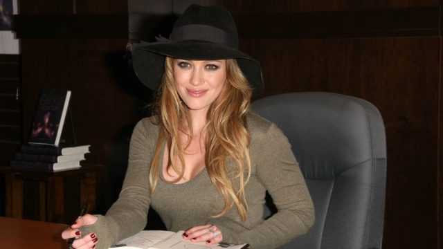 hilary duff signing elixir book at bookstore signing