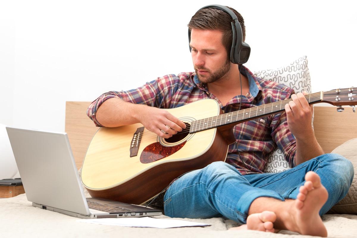 Man taking online guitar class