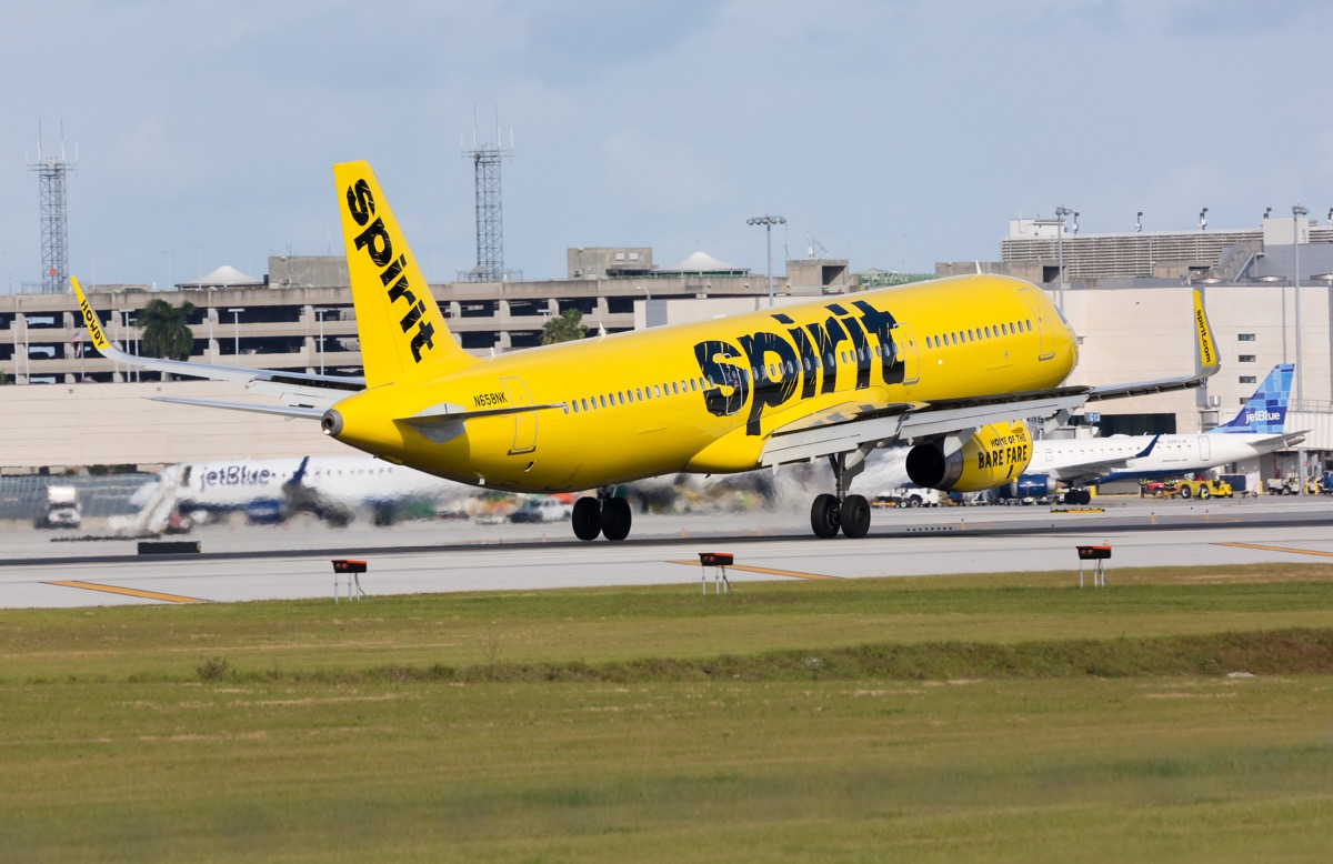 spirit airline plane landing