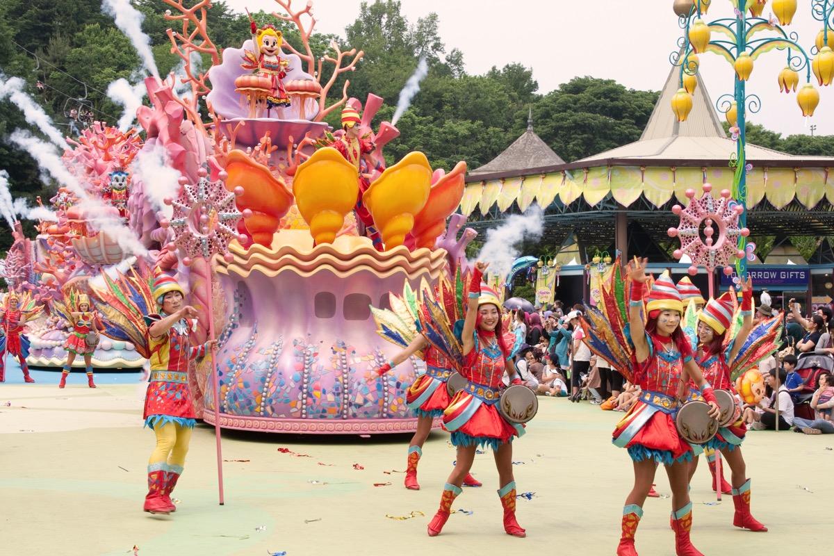 Theme park parade show