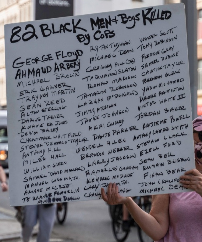 2BW5DXM New York, New York, USA. 29th May, 2020. New York, New York, U.S.: a woman holds a sign mentioning the names of the people who lost their lives due to police brutalities during a protest over the death of George Floyd near Foley Square. Credit: Corine Sciboz/ZUMA Wire/Alamy Live News