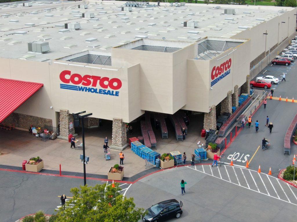 Antrian khusus untuk pembeli di Costco selama pandemi COVID-19. Virus coronavirus dan konsep pembelian panik