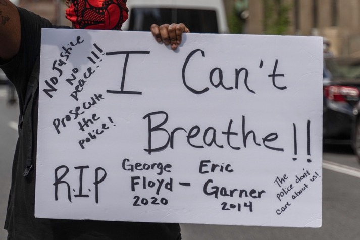 2BW5DTP New York, New York, USA. 29th May, 2020. New York, New York, U.S.: a man holds a sign that says ''I Can't Breathe'' during a protest over the death of George Floyd near Foley Square. Credit: Corine Sciboz/ZUMA Wire/Alamy Live News