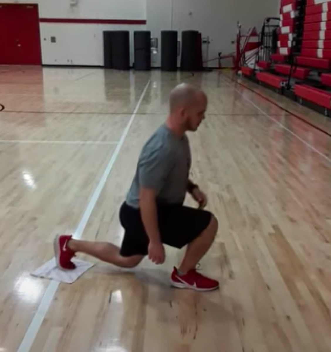 Towel reverse lunges