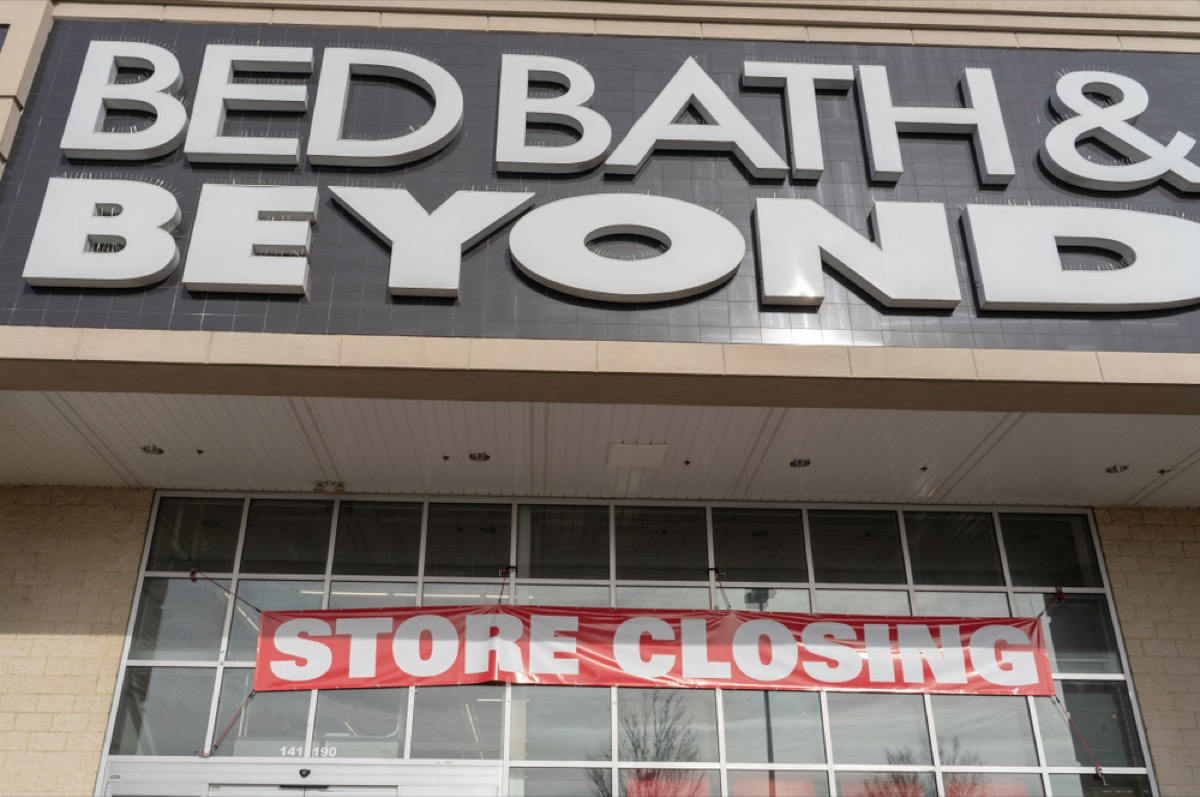 bed bath and beyond with store closing sign