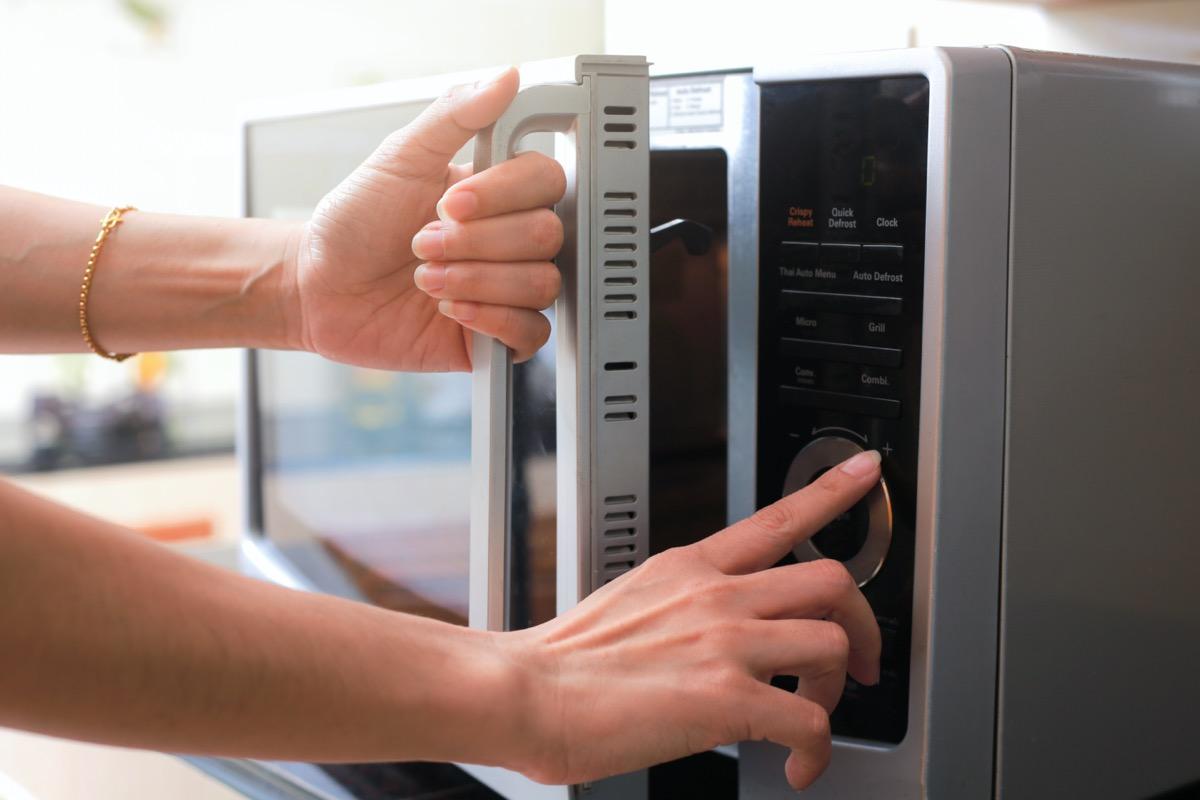 hand opening door of microwave