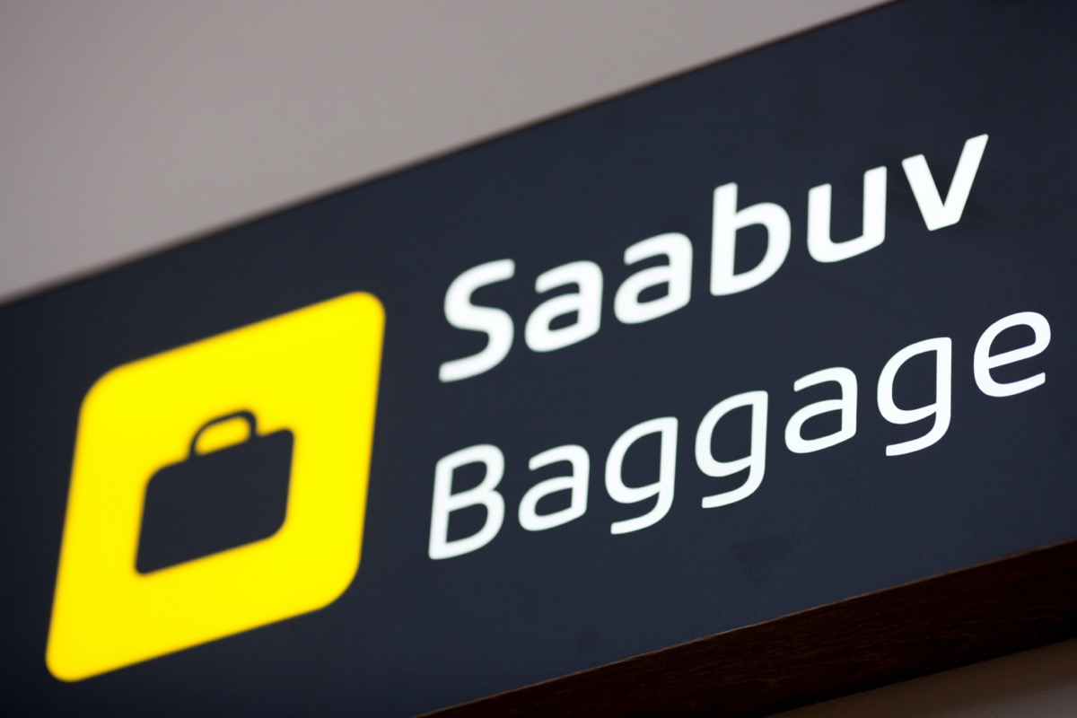Baggage airport sign in English and Estonian