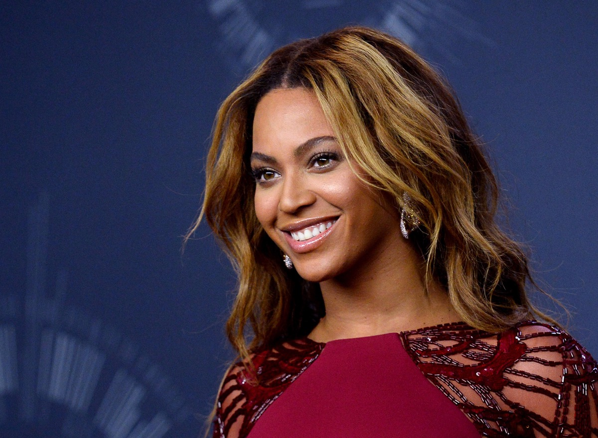 Beyonce poses backstage at the 2014 MTV Video Music Awards at the Forum