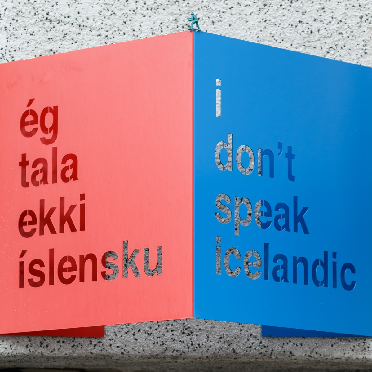 "Sign that says ""I don't speak Icelandic"" in English and Icelandic"