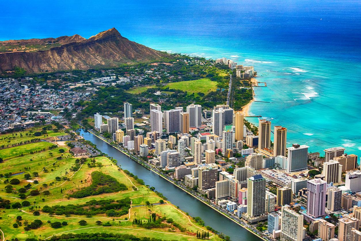 An aerial photo of Waikiki Beach and downtown Honolulu, Hawaii with Diamond Head in the background