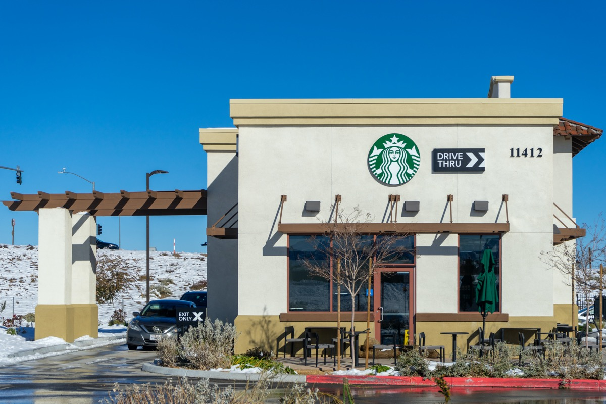 Hesperia, CA / USA - December 28, 2019: Located at Ranchero Rd and I-15 in the town of Hesperia, California, this Starbucks is a popular stop for travelers in the Mojave Desert. (Hesperia, CA / USA - December 28, 2019: Located at Ranchero Rd and I