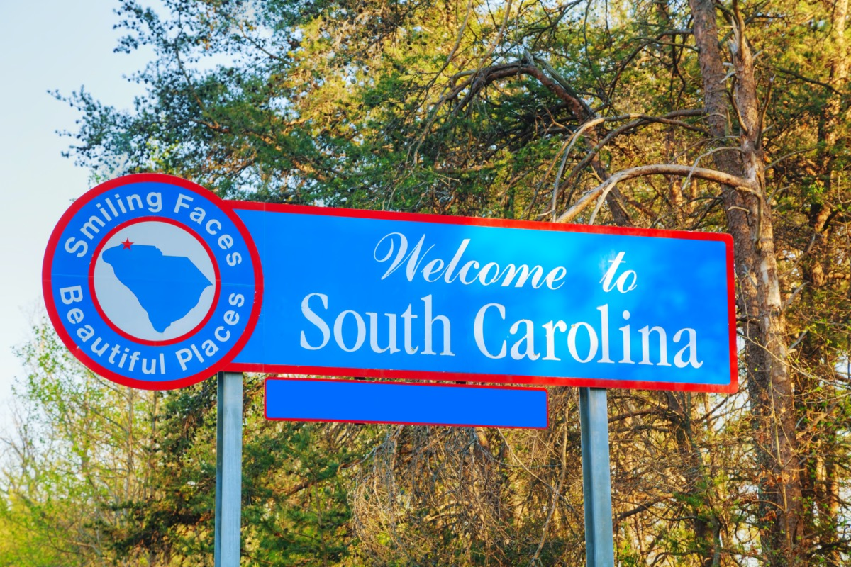 """a """"Welcome to South Carolina"""" sign that has a blue background and red border"""