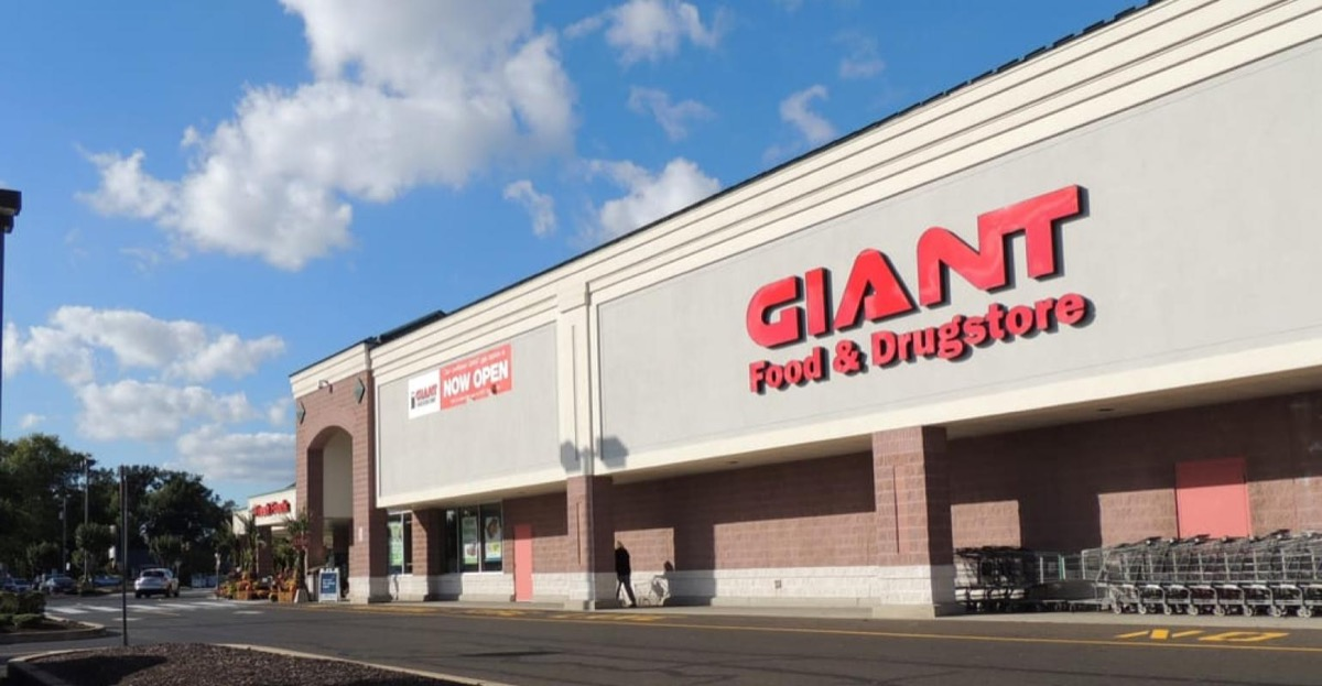 Exterior of The Giant Co. supermarket