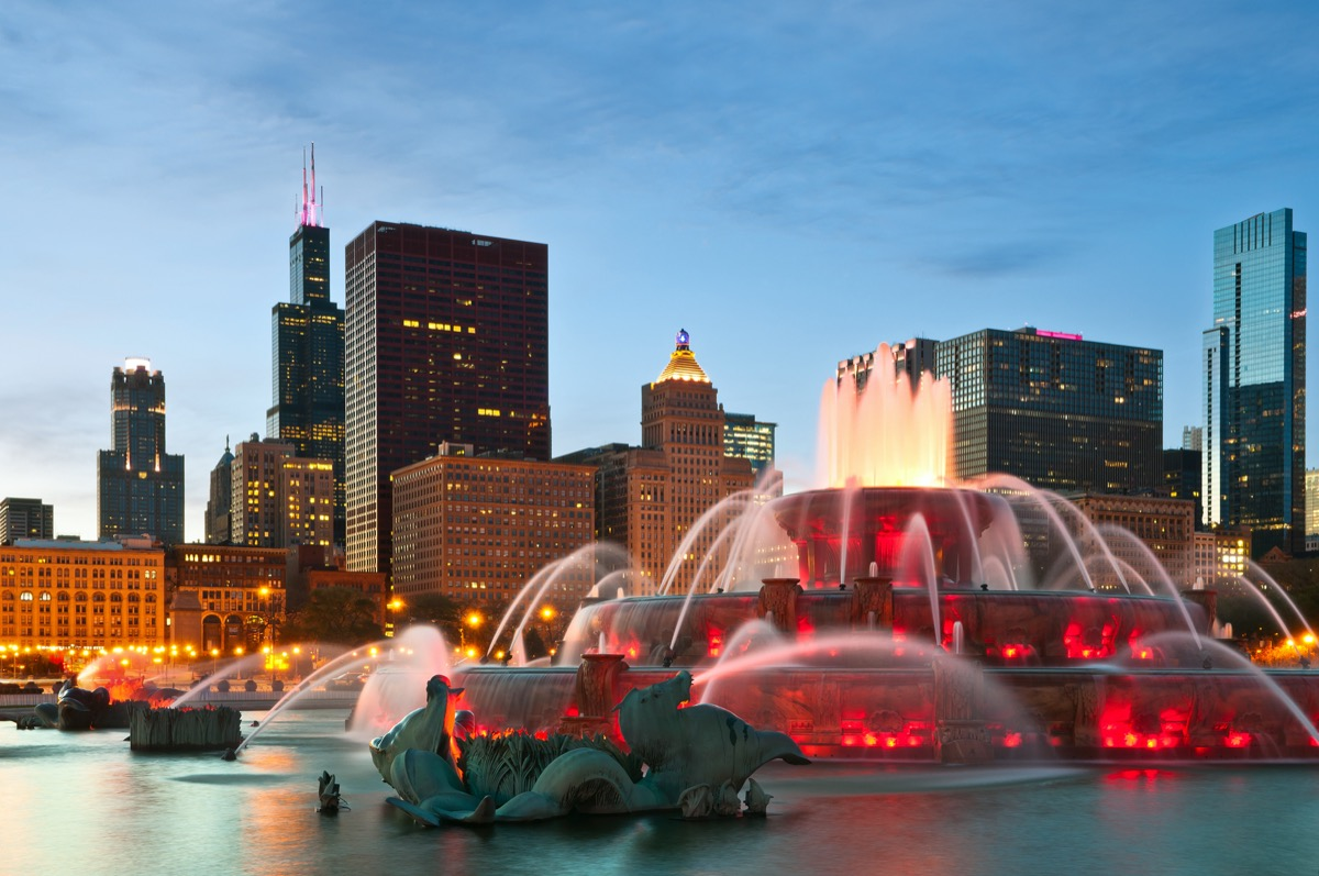 Buckingham fountain lighting up in Grant Park in Chicago, Illinois at night