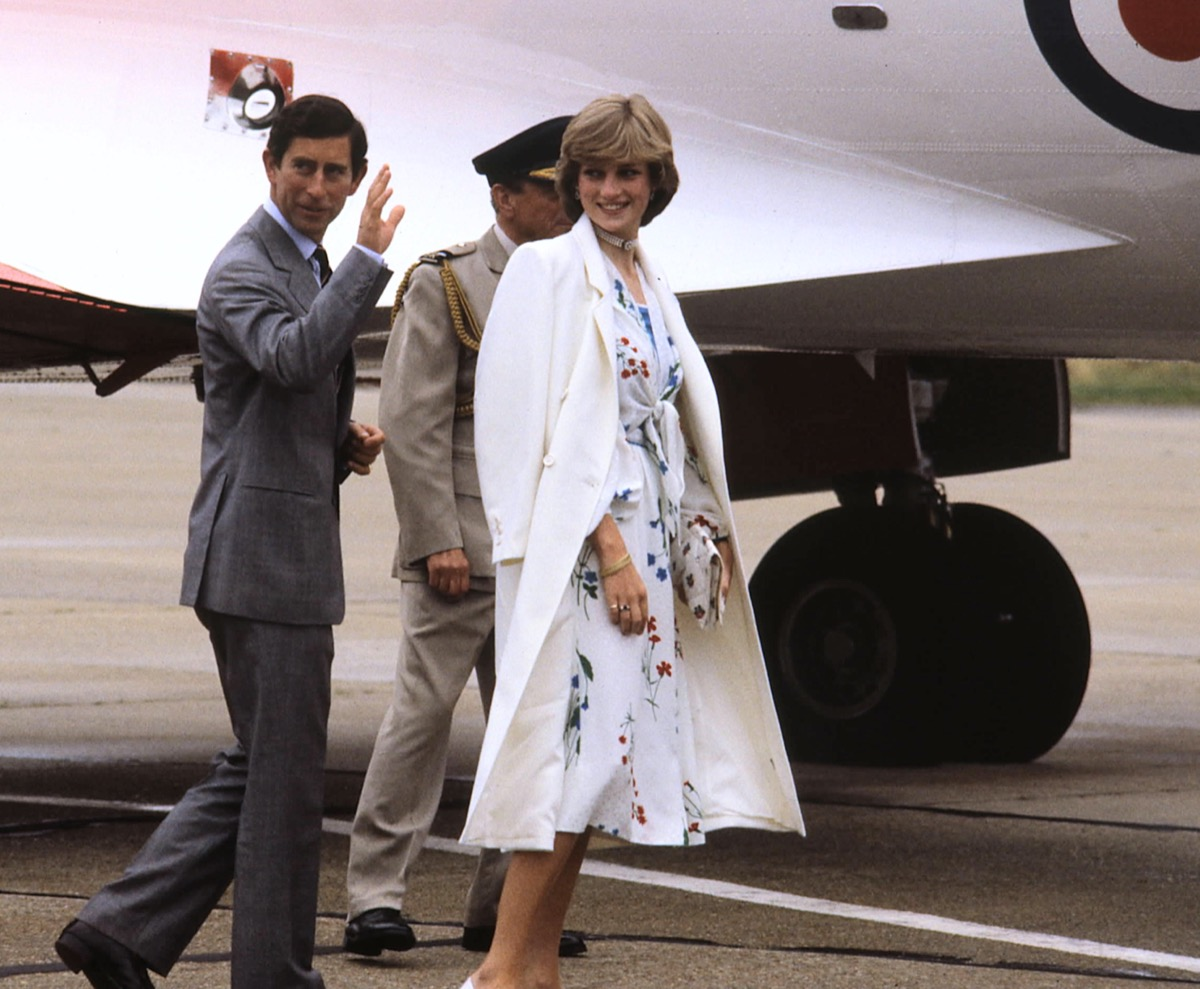 Princess Diana wearing a white coat when boarding a plane with Prince Charles 1981