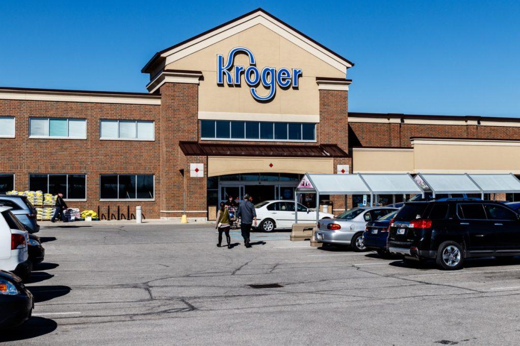 Pintu masuk dan tempat parkir di luar toko ritel Kroger di Indianapolis, Indiana