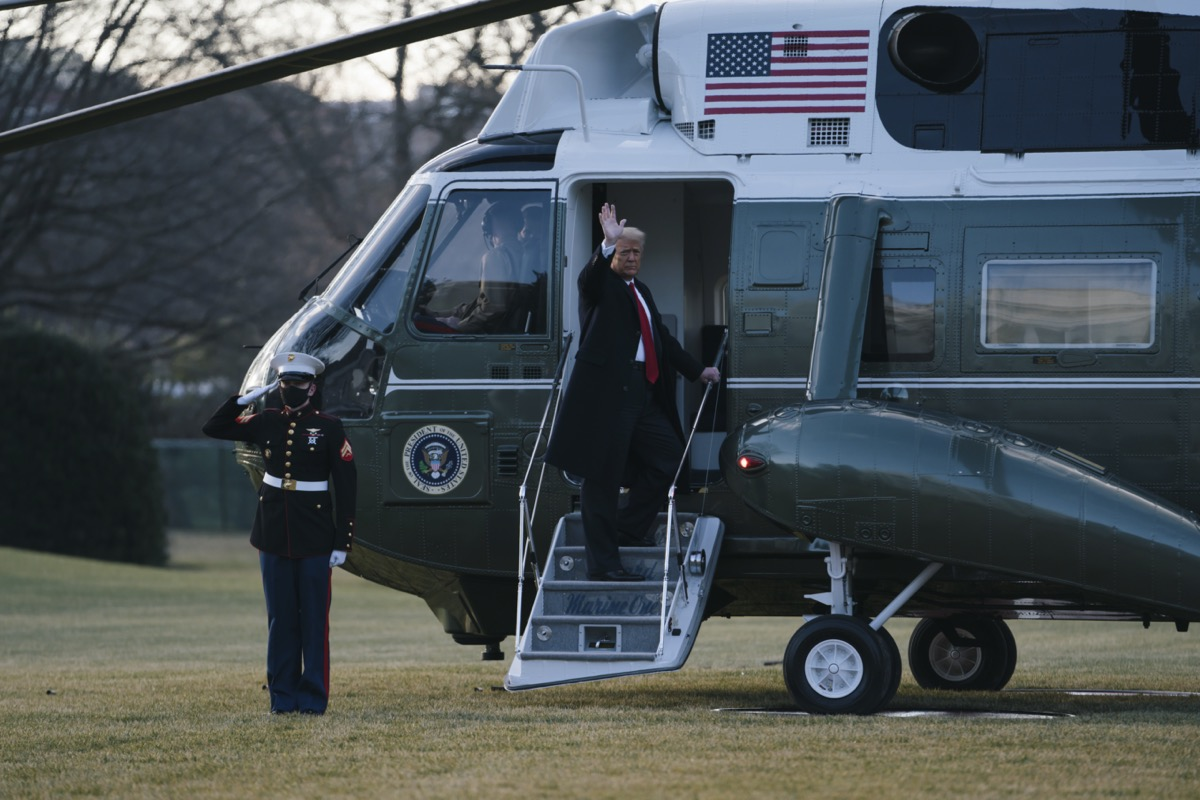 donald trump waves from the steps of marine one
