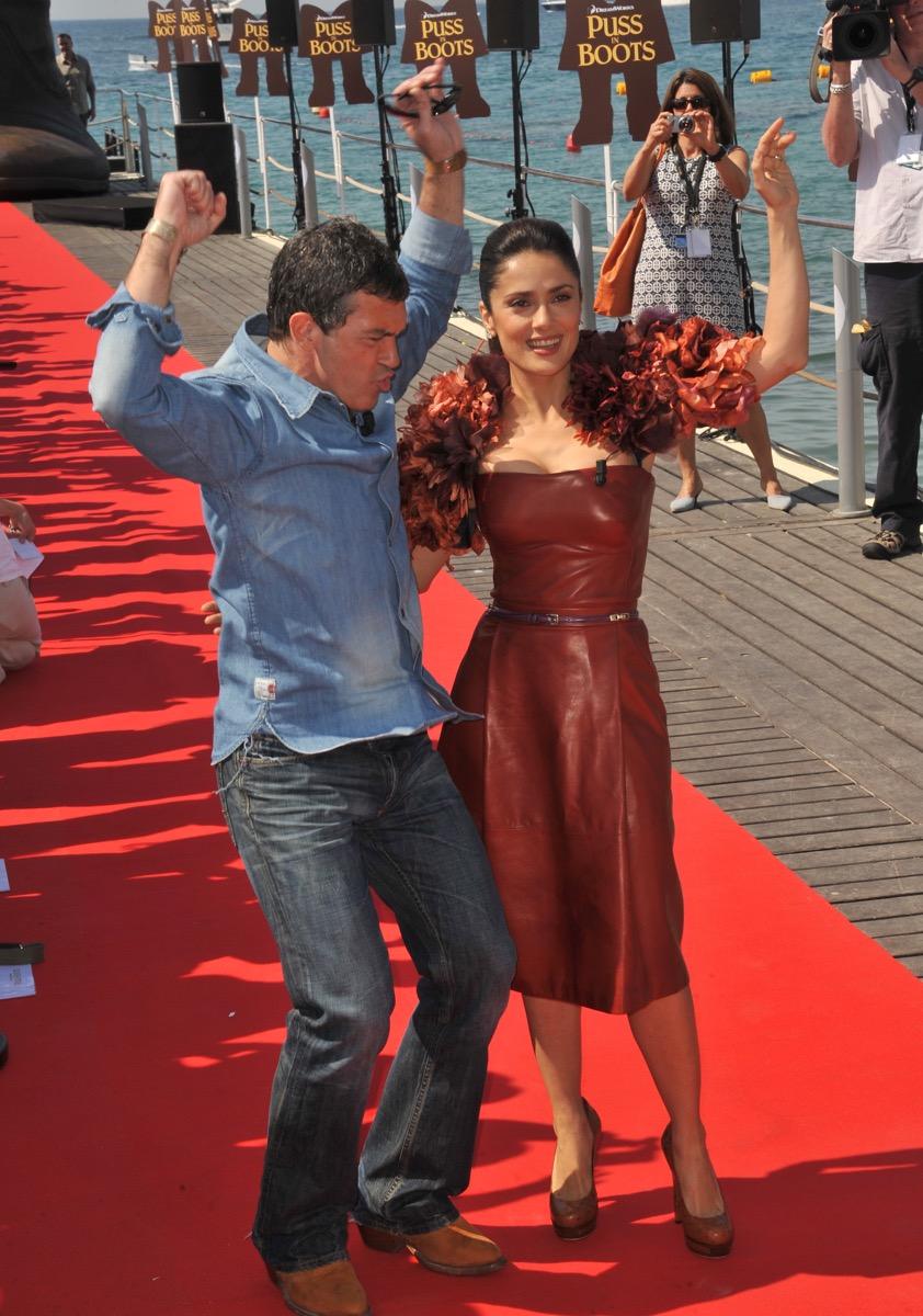 antonio banderas and salma hayek dancing on red carpet