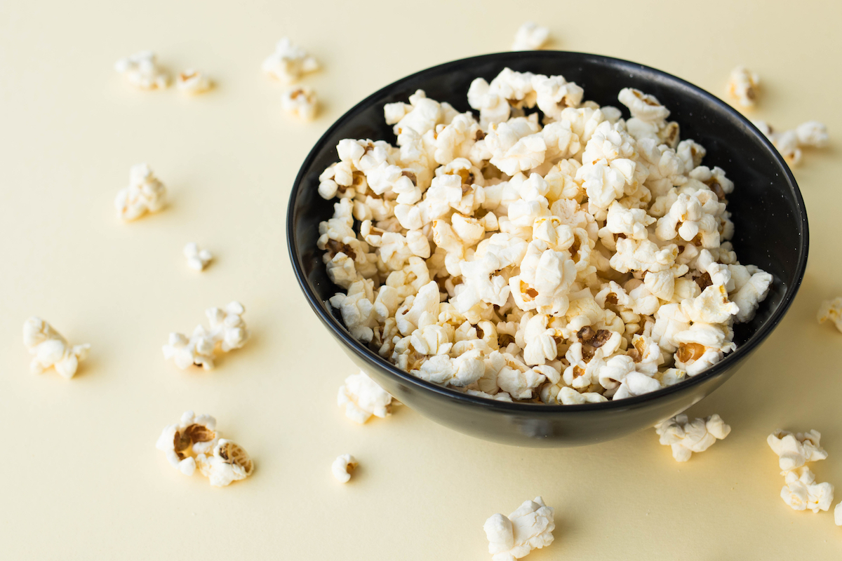 A plate of popcorn to watch at home movies
