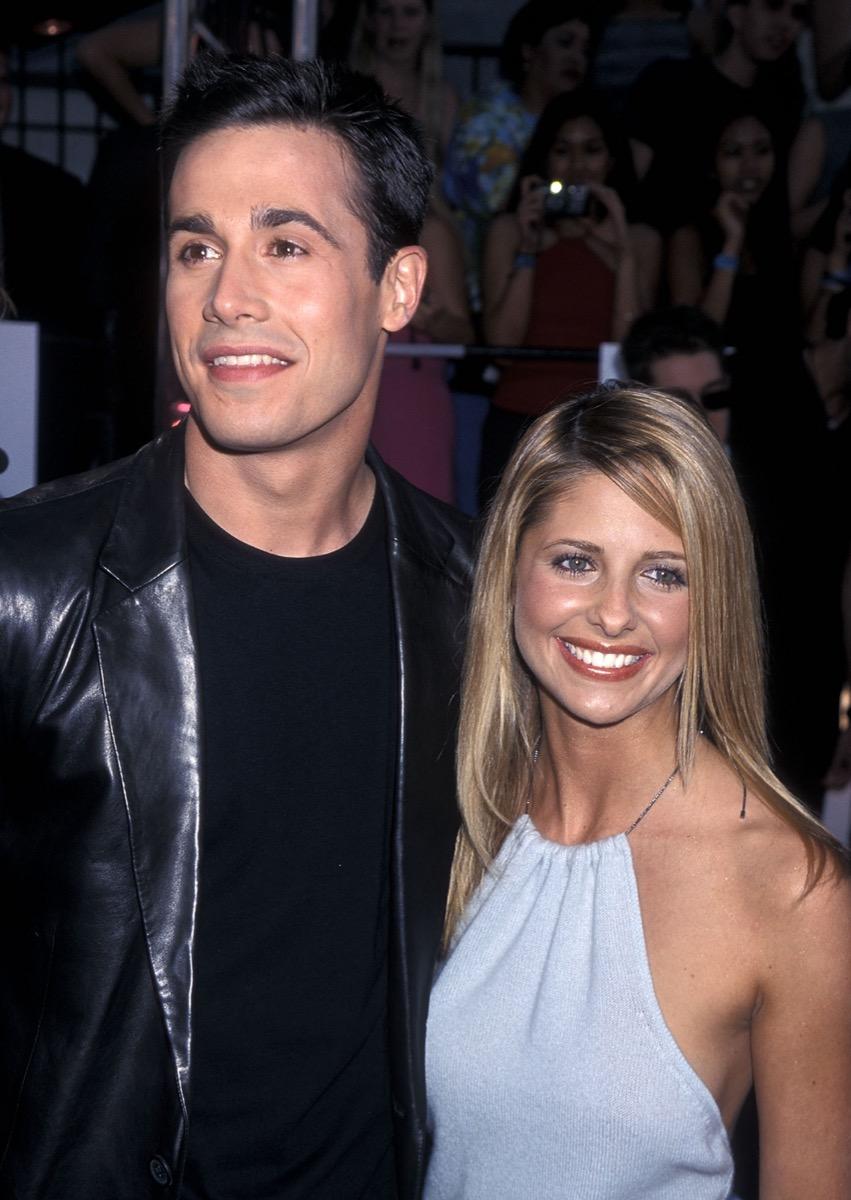 Sarah Michelle Gellar and Freddie Prinze Jr. at the MTV Movie Awards in 2000