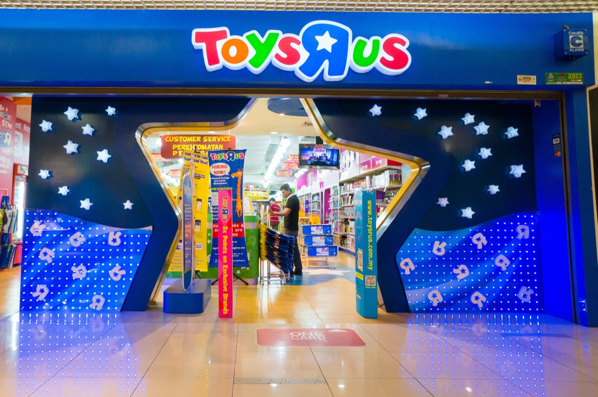 toys r us store entrance