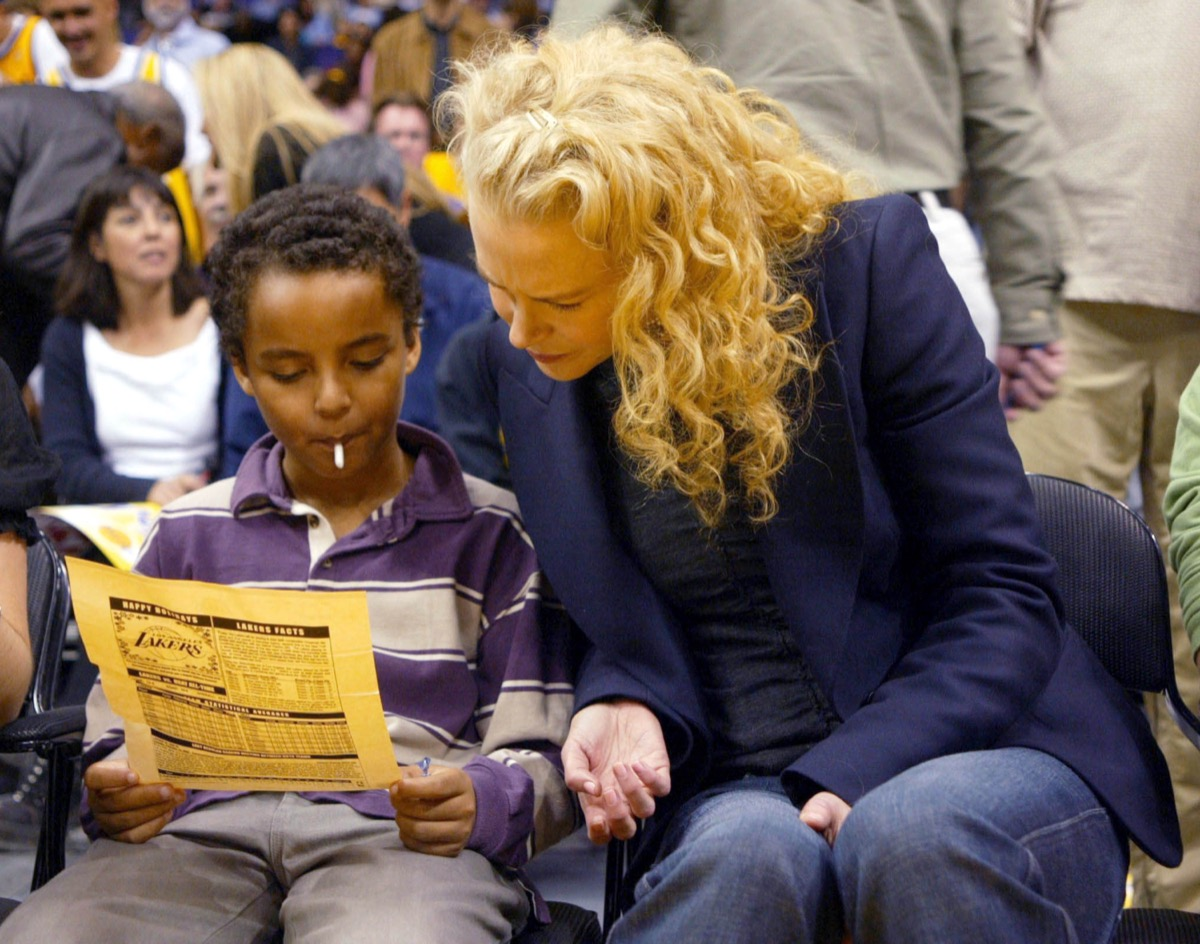 nicole kidman and connor cruise looking at yellow flier