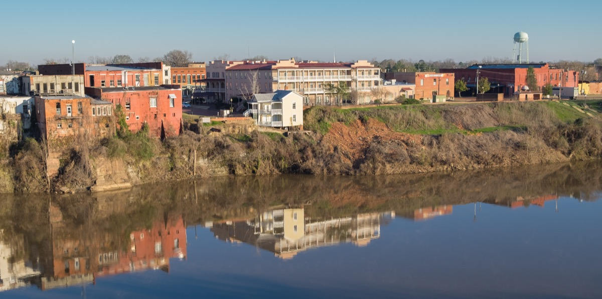 landscape photo of homes and river in Selma, Alabama