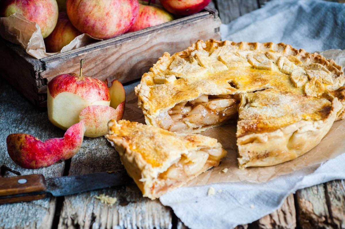 apple pie, slice of pie, wooden cutting board, fresh apples