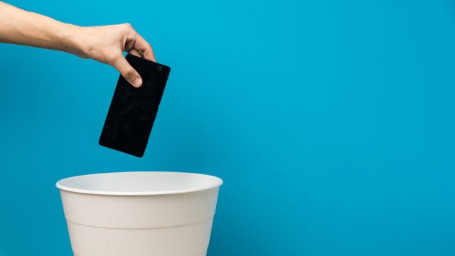 Throwing smartphone in garbage