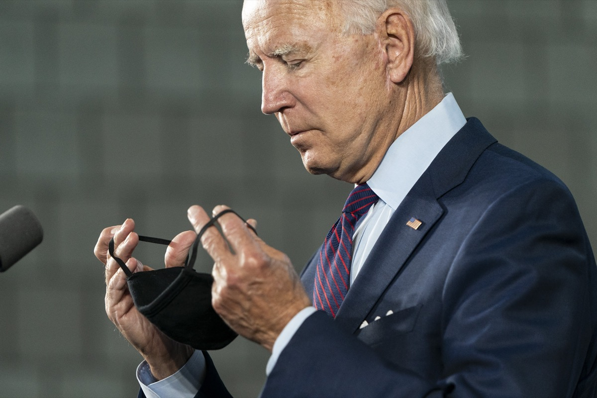 Biden wears a mask during the pandemic