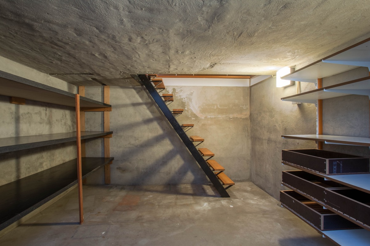 Tangga kayu ke ruang bawah tanah