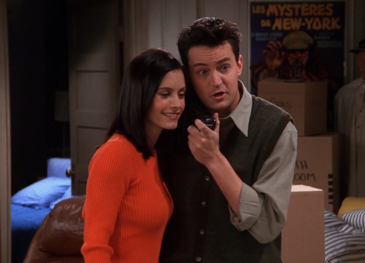 """Courteney Cox and Matthew Perry in """"Friends"""" season 5"""
