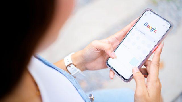 woman google warning on her phone
