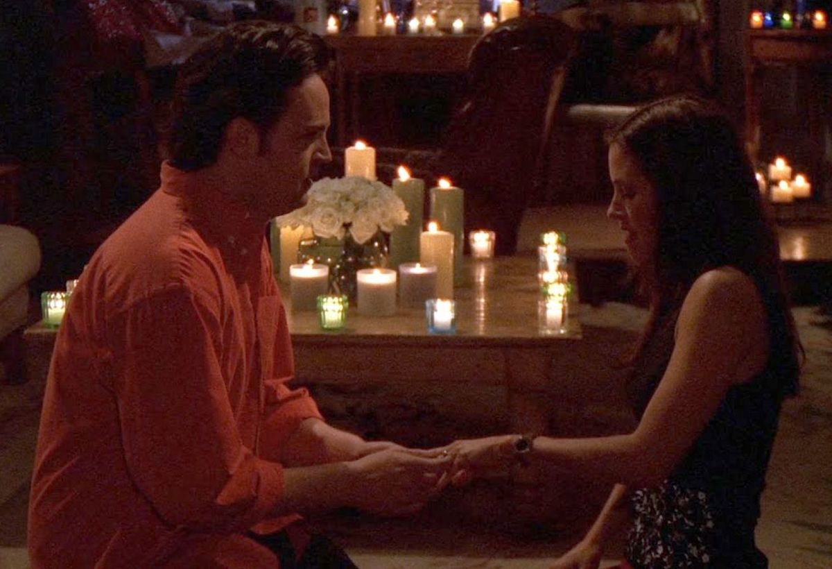 """Matthew Perry and Courteney Cox in """"Friends"""" season 6"""
