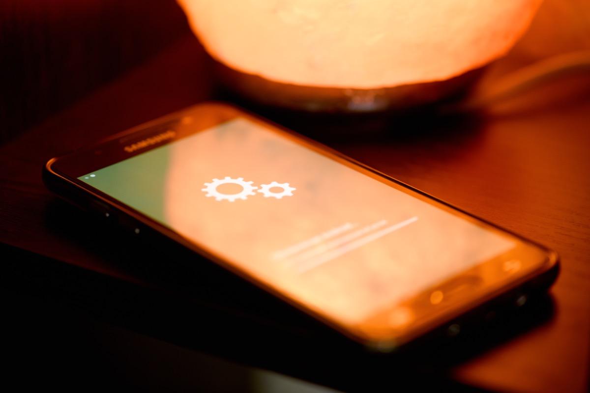 Configuración de Android resaltada en el teléfono sentado boca arriba sobre la mesa